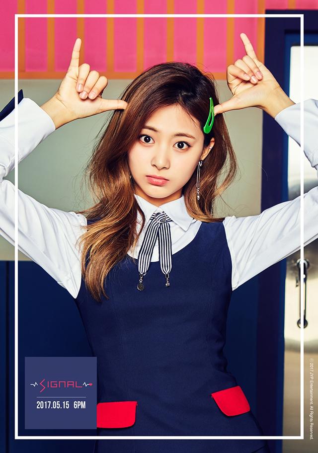 TTポーズの次は、SIGNALポーズ!?TWICEが韓国で発表するニューアルバム「SIGNAL」のリリースを控え、ユニットで構成したティーザーイメージを次々と公開している中、5