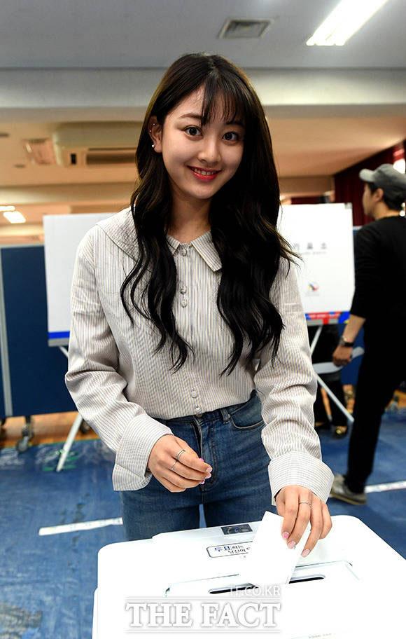 TWICEのメンバー・ジヒョとナヨンが、韓国の第19代大統領選挙である9日午前、ソウル・江南(カンナム)区の清潭洞(チョンダンドン)清潭小学校で設けられた投票所で