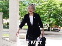 「しっかり仕事やります!」...庁舎に入るカン・ギョンファ外交部長官!